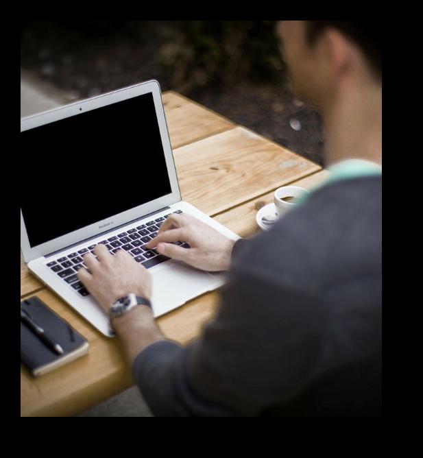 Joven en su computadora